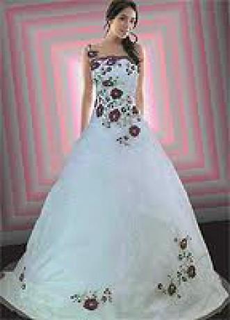 Biele plesové šaty s kvetmi